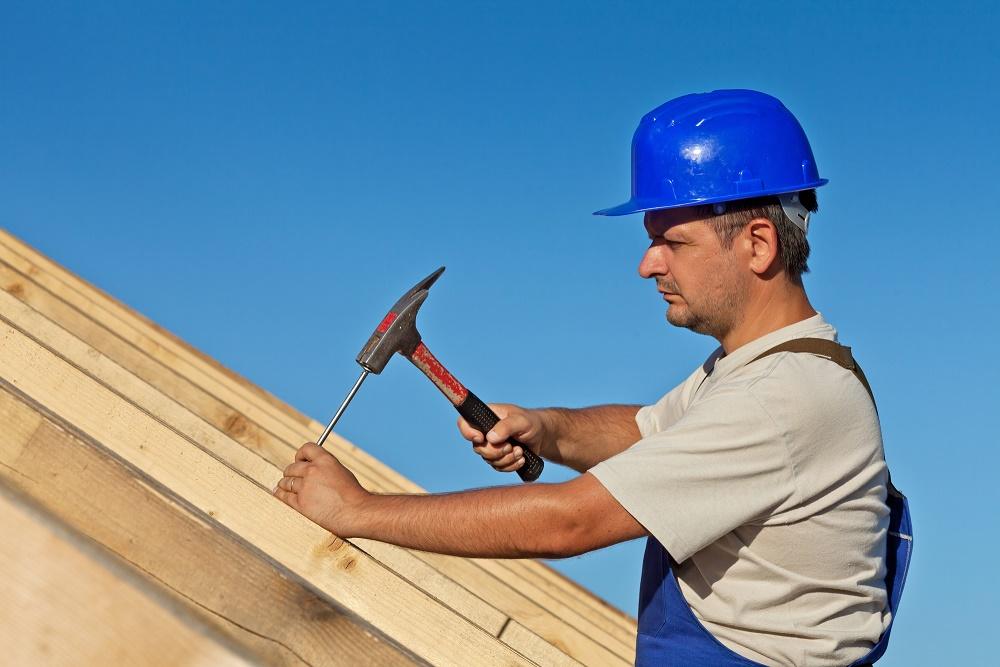 tømrer med hammer